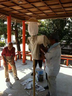 【案山子作り】平成24年9月8日(土)境内清掃後、谷地八幡宮奉納御神田(運営・巴会)に設置する案山子作りが行われました。