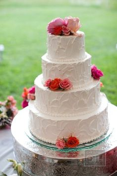 so glad I found this picture! our cake will be along these lines...pretty :)