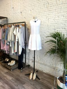 Vestido camisero Elisa Rivera con zapato masculino y collar. #womanfashion #whitetrend #trend #stylish #outfit #fashion #detail