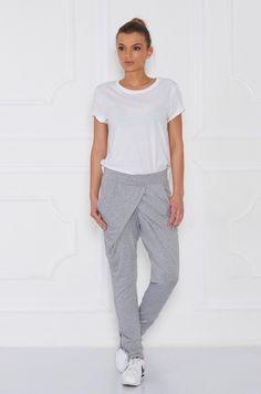 Teplákové nohavice so zaujímavým strihom v prednej časti. Nohavice sú na hrubú gumičku, s dvomi vreckami po bokoch. Spodná časť teplákov je zúžená, zdobená striebornými zipsami, ktoré si viete aj rozopnúť.
