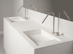 Badkamermeubel uitgevoerd in Corian met dubbele wastafel en prachtige RVS kranen by Tiz Design.