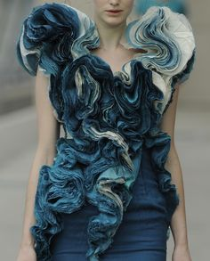 Le A la Mode Textured Ruffles elegant rippled textures - creative textiles in fashion design // Felicity Brown S/S 2011 - Fabric manipulation. Trendy Fashion, Runway Fashion, Fashion Art, Fashion Models, Fashion Show, Denim Fashion, Couture Fashion, Fashion Design Inspiration, Mode Inspiration