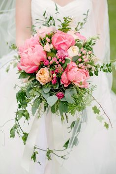 Hypericum berries brought an extra touch of grapefruit-pink to this trailing Fleurish bouquet of blooms and greenery. #WeddingFlowers