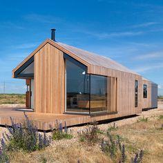 """Dans le Kent à l'est de l'Angleterre, l'agence Guy Hollaway architects signe """"Pobble House"""", une habitation esseulée et singulière sur la côte. Une création qui se compose de trois volumétries simples chacune bardées d'un matériau spécifique, mé..."""