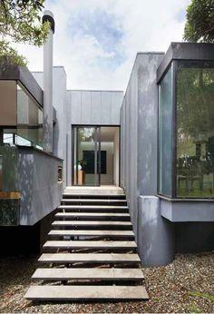 Disfrutar del bosque determinó el diseño de esta casa: ventanales, aperturas en la cubierta, claraboyas y ventanas altas garantizan la entrada de luz natural y el disfrute de la naturaleza.