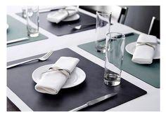 Unser Produkt des Tages: LIND DNA Square Table Mat L - Tischset   Das Tischset SQUARE steht für eine klare, rechteckige und formale Struktur auf Ihrem Tisch. Mit seiner quadratischen Form und der glatten Ledestruktur NUPO bilden diese Sets ein geometrisches Highlight bei jeder Tischeindeckung! #Tischset #LindDNA #SquareTableMat