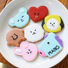 How cute are these characters? Sugar Cookies, Cookies Et Biscuits, Bts Cake, Kreative Desserts, Cute Baking, Bts Birthdays, Cookie Tutorials, Cute Desserts, Disney Desserts