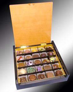 """Una de nuestras cajas más finas y exclusivas, importada de Bélgica. La caja """"Bruges 25"""" está hecha con madera rubia en la tapadera, y madera """"Piano Black"""" a los lados, todos de 1 cm de espesor. Incluye 25 de nuestros inigualables bombones y un """"refill"""" gratis. Q750.00."""