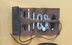 En förvaringsrulle i läder du aldrig tidigare sett. Köp på www.sawyerstreet.se - Fraktfritt - #sawyerstreetgoods #livsstil #accessoarer #accessoar #herraccessoarer #herrstil #stil #herrmode #läder #presenttips #tillhonom #kvalitet #exklusiv #necessär #hantverk #handgjort #teknik #praktisk #läderväska #skinn #tillhonom Photo from @thisisground