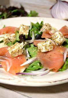 Salada de queijo feta com sésamo e salmão