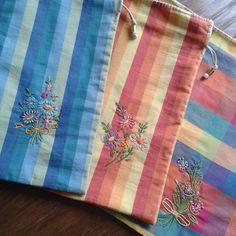 #bordados #handmade #bordadosmarinamendonça #bordado #flores #feitoamao #embroidery #anchor #cores #artesanato #linhaseagulhas #saquinhodetecido #organização #xadrez #tecido #listras