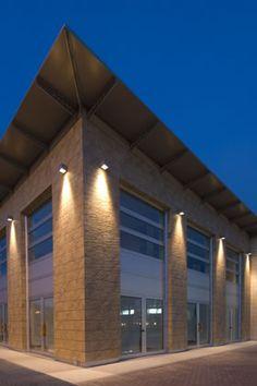 Office building - Simes S. luce per l'architettura Facade Lighting, Exterior Lighting, Lighting Design, Black Outdoor Wall Lights, Outdoor Lighting, Arch Light, Brick Facade, Light Architecture, Building Exterior