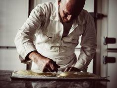 1967年、オート=サヴォワ県の医師の両親のもとに生まれたクリストフ・ヴァスール。一度は貿易関係の仕事に従事するも、幼い頃から憧れ続けたパン職人の夢を諦めきれず、技術の基礎を習得したあと独学で伝統的な製パン技術を研究し、復刻を果たす。