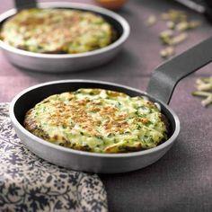 Salé - Crêpes de courgettes soufflées pour 4 pers. • 2 petites courgettes • 1 oignon • 1 gousse d'ail • 3 œufs • 3 càs de farine • 4 branches de persil • 150 g de gruyère ou de comté • huile d'olive • Sel & poivre. Recette sur le site. Astuce : Réservez les galettes cuites entre deux assiettes creuses pendant que vous cuisez les suivantes, afin de les garder au chaud.