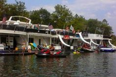houseboats american style Houseboat Living, Floating Homes, Houseboats, Ship, Lifestyle, American, Fleetwood Homes, Ships, Floating House