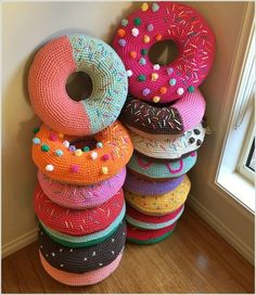 Here's how to make your own Crochet Donut pillow - multiple free patterns and a video tutorial, they're so easy and completely awesome! 16224 Here's a step by step video- she's using Crochet Hook size is J/10-6.00MM and the brand is Boye 7CL3K4sgQ7w Here's another Pattern Idea: