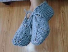 Este sapato em tricô foi feito com apenas uma costura no calcanhar e usando duas agulhas, pensando naspessoas que preferem não usar agulha ...