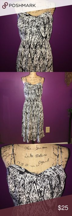 Forever 21 Black & White Summer Dress Forever 21 Black & White Summer Dress size Large worn only once to a wedding looks great on and can wear for any occasion!! 💙💙 Forever 21 Dresses Midi