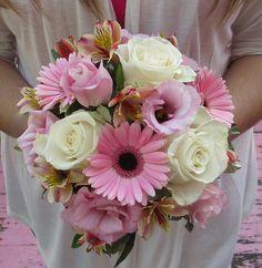 En rosa y blanco este hermoso y sencillo ramo de novia