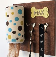 Make at home stylish personalized dog leash holder with a piece of wood, a wipes container and a couple of hooks - DIY dog crafts Dog Crafts, Animal Crafts, Family Crafts, Diy Pet, Dog Organization, Dog Leash Holder, Dog Rooms, Animal Projects, Diy Projects