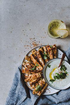 Za'atar-juustotikut ja basilikadippi