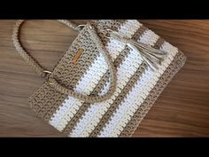 Bolsa de Crochê Com Barbante - Fio Spesso - Tutorial de Crochê - Purse Tutorial - Crochet Bag - DIY - Häkeltaschen - Crochet Tote, Crochet Handbags, Crochet Purses, Thread Crochet, Crochet Yarn, Crochet Carpet, Free Crochet, Crochet Bag Tutorials, Crochet Videos