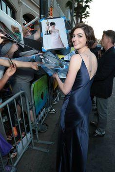 Loh kak sudah balik dari nyasar di planet entah itu? #AnneHathaway firma autografi alla #premiere di #InterstellarIT a Los Angeles