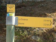 Panneau indicateur pour les randonneurs. Eglise Saint-Pierre de Mirabeau