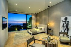 600 m2 y ubicada en el barrio de Doheny, con impresionantes vistas de Los Ángeles. 5 habitaciones todas ellas tipo suite con baño privado, armarios de madera de nogal. Destaca la cocina Bulthaup con electrodomésticos Gaggenau, 2 baños para visitas, zona de comedor y varias estancias de televisión, bodega, sala de proyección…y garaje para 3 coches. Exterior con terraza, piscina tipo infiniti y zona chill-out con chimenea. #casasmodernas #livingkits #casas #modernas #dormitorios #lujo…
