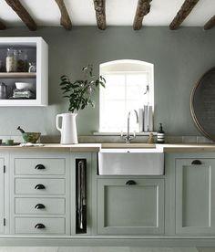 cuisine vert celadon avec plan de travail en bois et lavabo blanc, étagère ouverte blanche, poutres apparentes
