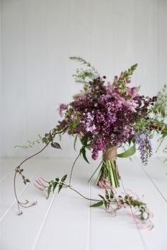 Bouquet de roses et lilas - Photo: Greta Kenyon - Stylisme: Magnolia Rouge - Fleurs: Leaf & Honey #fleurs #flowers