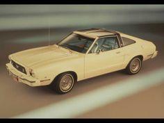 11 - 1974 El presidente de Ford, Lee Iacocca tenía planes para hacer un Mustang más pequeño y económico que terminó  basado en el modelo del Ford Pinto, que es como si el Mustang actual estuviera siendo desarrollado en base al Focus.  Por suerte, la crisis del petróleo de 1973 hizo que el degradado Mustang II, así se lo conoció, pudiera competir contra sus rivales japoneses más eficientes como el Toyota Celica.