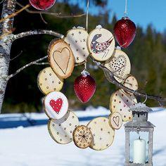 Une couronne de Noël en rondins de bois