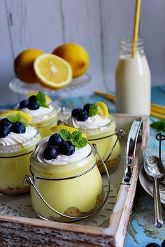 Kellemes hűsítő desszert a citrom friss zamatával. Tisztára olyan íze van, mint egy joghurt tortának, csak ezt a p...