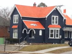 Bronco's themed house in Sheboygan, WI. Right in the middle of Packers country ! Go Bronco's ! Denver Broncos Logo, Broncos Gear, Go Broncos, Broncos Fans, Broncos Stadium, Broncos Players, Super Bowl, Bronco Sports, Bronco Football