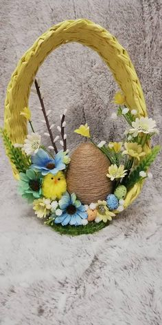 Easter Wreaths, Christmas Wreaths, Christmas Decorations, Paste, Newspaper Crafts, General Crafts, Diy Wreath, Easter Baskets, Holidays And Events