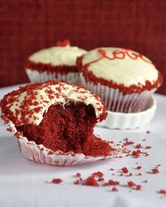 Red Velvet Cupcakes must always have their place on Valentine's Day. (in Portuguese) Cupcakes Red Velvet, Love Cupcakes, Diy Food, Cupcake Recipes, Yummy Treats, Nom Nom, Sweet Tooth, Bakery, Sweets