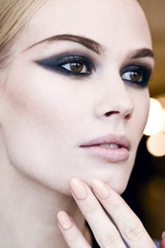 Many experts that give advice on how you can look beautiful and fantastic in pictures suggest using black liner and black mascara. Professional makeup tips. Learn how to bring out your beautiful with makeup tips & techniques. Makeup Trends, Makeup Inspo, Makeup Inspiration, Makeup Tips, Make Up Looks, Cat Eye Makeup, Hair Makeup, Kohl Makeup, Eyeshadow Makeup
