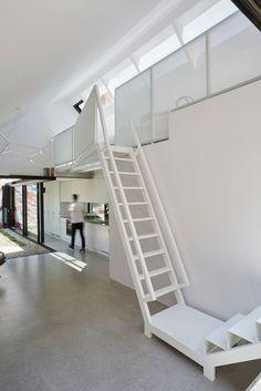 ダイニング・キッチンの頭上のロフトのワークスペースに上がるための階段