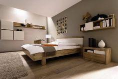 Peinture mur chambre lin et taupe, parquet lit et chevets en bois clair. linge de lit blanc et plaid taupe