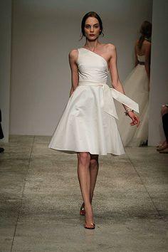 vestido novias corto y cuello asimetrico