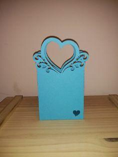 Linda e delicada sacolinha de papel! <br>Feita com papel color plus branco, metalizado, 180 g. <br>Ideal para bem casados, bem vividos, bem nascidos e lembrancinhas em geral. <br>Fazemos outras cores, consulte-nos!
