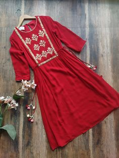 Discover recipes, home ideas, style inspiration and other ideas to try. Pakistani Fashion Casual, Pakistani Dress Design, Pakistani Outfits, Indian Outfits, Indian Fashion, Pakistani Kurta Designs, Stylish Dress Designs, Stylish Dresses For Girls, Designs For Dresses