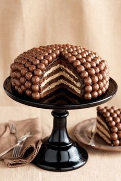 You'll love this Malteser Cake Recipe Easy Video Tutorial that shows you how to make this very popular and incredibly delicious dessert. Just Desserts, Delicious Desserts, Yummy Food, Healthy Food, Sweet Recipes, Cake Recipes, Dessert Recipes, Food Cakes, Cupcake Cakes