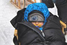 Skiurlaub mit Baby. Was brauche ich alles? Auf was muss ich Rücksicht nehmen? Unsere Erfahrungen beim ersten Skiurlaub zu Dritt könnt ihr auf unserem Blog nachlesen. Skiing, Rain Jacket, Windbreaker, Blog, Jackets, Life, Fashion, Baby Sled, Ski Resorts