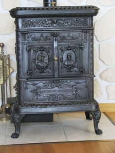 wood burning stove... beautiful details Old Stove, Stove Oven, Vintage Fridge, Wood Stove Cooking, Cast Iron Stove, Antique Stove, Vintage Stoves, Wood Fired Oven, Stove Fireplace