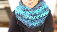 Crochet Loop Scarf Super cozy XXL scarf in V pattern Super easy & quick Crochet Learn . Crochets En Crochet, Bonnet Crochet, Quick Crochet, Crochet Baby, Crochet Hooded Scarf, Crochet Beanie Hat, Crochet Scarves, Crochet Clothes, Shrug Pattern