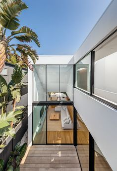 The architect uses two structures to design Cloud House. These structures are interconnected by the internal courtyard of the house on the ground level and there is also an open walkway on the upper l Patio Interior, Interior And Exterior, Exterior Doors, Residential Architecture, Modern Architecture, Modern Buildings, Internal Courtyard, Design Living Room, Living Spaces