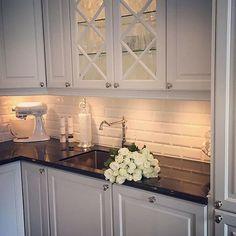 Cuisine blanche - Carrelage Métro Small Kitchen Storage, Laundry Storage, Home Interior, Interior Design, Home Kitchens, Kitchen Remodel, Kitchen Design, Sweet Home, Kitchen Cabinets