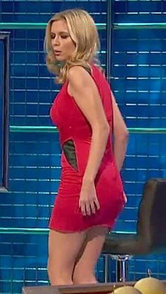 Rachael Riley took over from Carol Vorderman on Countdown and has quickly learned about short tight-fitting dresses to show off her curves. Rachel Riley Countdown, Rachel Riley Legs, Racheal Riley, Tv Girls, Stunning Girls, Beautiful Women, Tv Presenters, In Pantyhose, Girls Rules